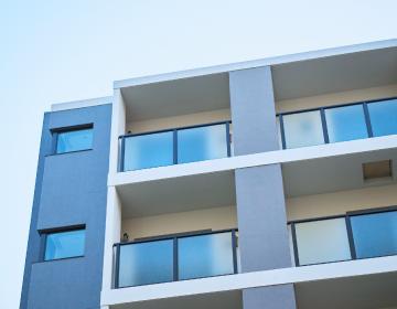 鉄筋コンクリート造の宿泊施設の事例写真を用いた、不動産事業のイメージ