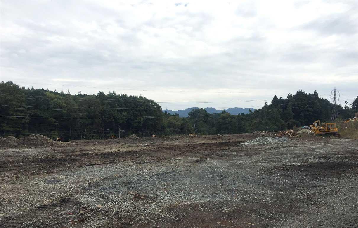 森に囲まれ残土が少し残る建設前の様子
