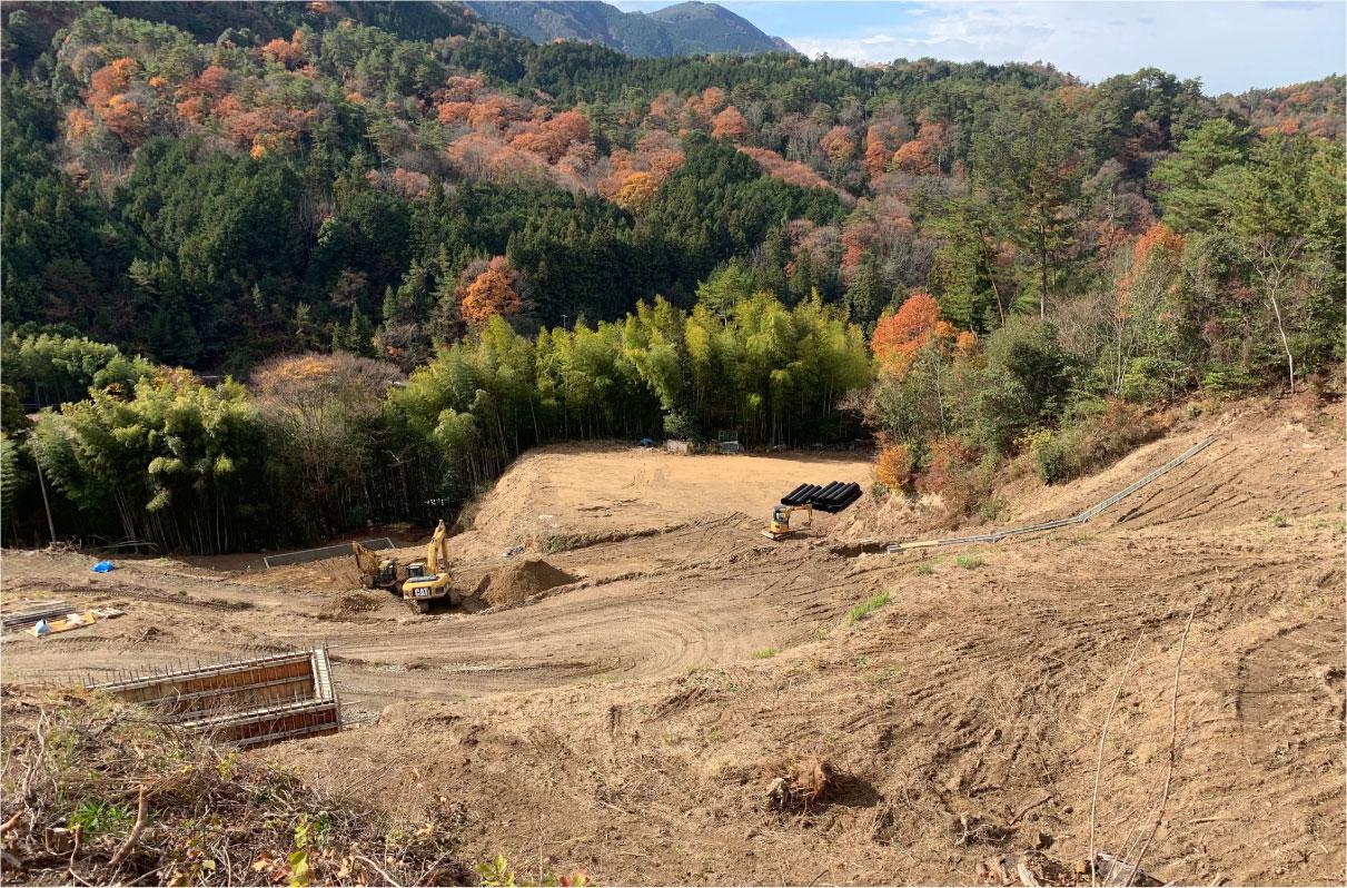 建設前の、山あいの丘陵地の様子